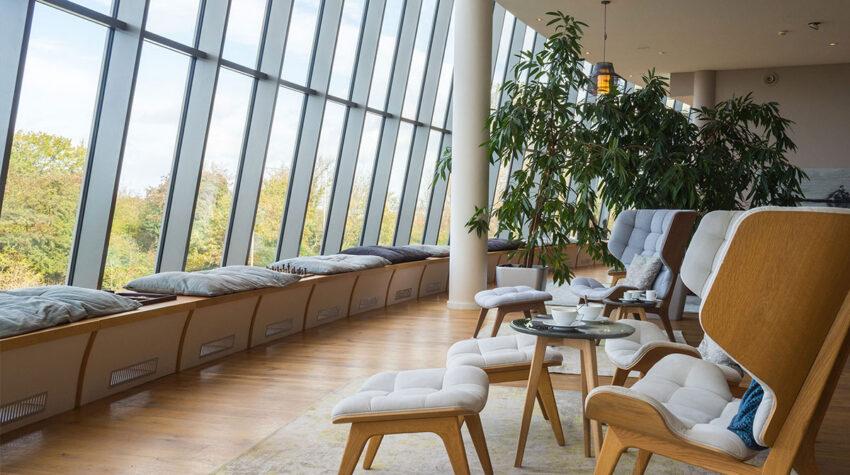 Die Lobby des THE GRAND Ahrenshoop lädt zum Entspannen und Verweilen ein. Den Ostseeblick gibt es dabei inklusive. © Henryk (OUT OF OFFICE)