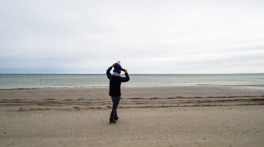 Auch der kleine Neo genießt die Spaziergänge mit seiner Familie am Strand von Ahrenshoop.