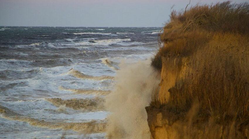 An der Ostsee bekommt man die Kräfte der Natur besonders zu spüren.