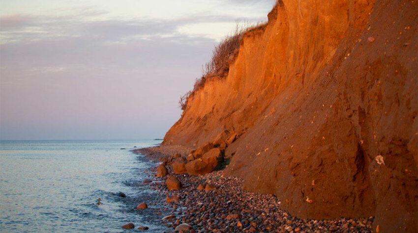 Genieße den Blick auf die weite, klare Ostsee.
