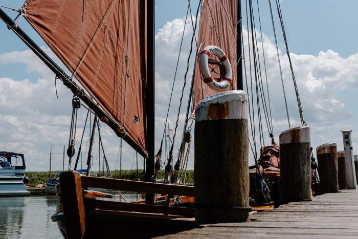Wenn du in Ahrenshoop bist, solltest du unbedingt einen Ausflug zum Hafen in Althagen-Ahrenshoop unternehmen. Dieser liegt am wunderschönen Saaler Bodden.