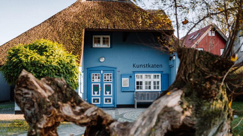 Besuche in deinem Ostseeurlaub eine der ältesten Galerien Deutschlands. Im Ahrenshooper Kunstkaten wartet ein abwechslungsreiches Ausstellungsprogramm auf dich.