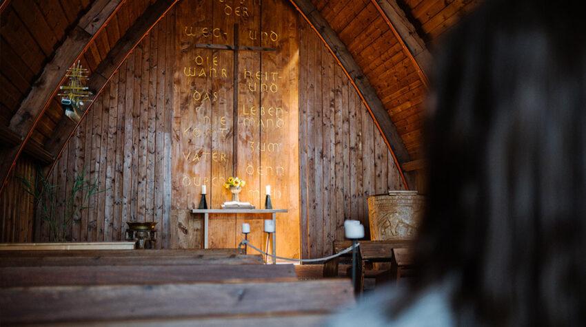 Du suchst nach dem Außergewöhnlichen? Die Schifferkirche hat mit ihrem Rohrdach eine ganz besondere Optik und Atmosphäre.