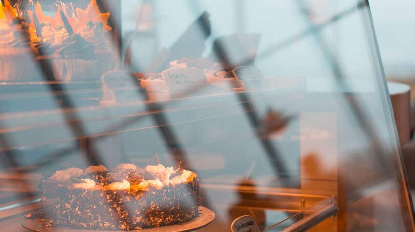Im Café VIEW des THE GRAND Hotels hast du die Qual der Wahl: Von regionaler Sanddorntorte, über klassischen Käsekuchen und Schwarzwälder Kirschtorte bis hin zum Stachelbeerbaiser ist für jeden Geschmack etwas dabei.