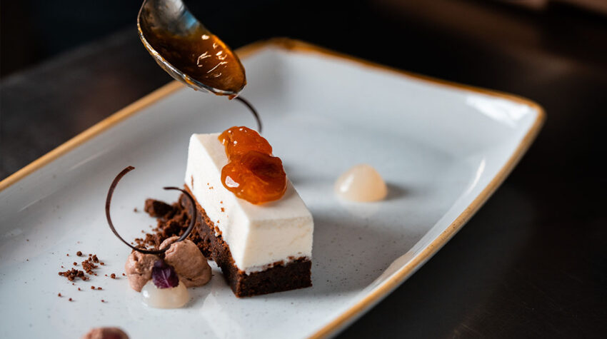 So hast du Brownies noch nie gegessen: Die Marzipan-Variante mit Aprikosen-Litschikompott macht jedes Kaffeekränzchen zu etwas Besonderem.