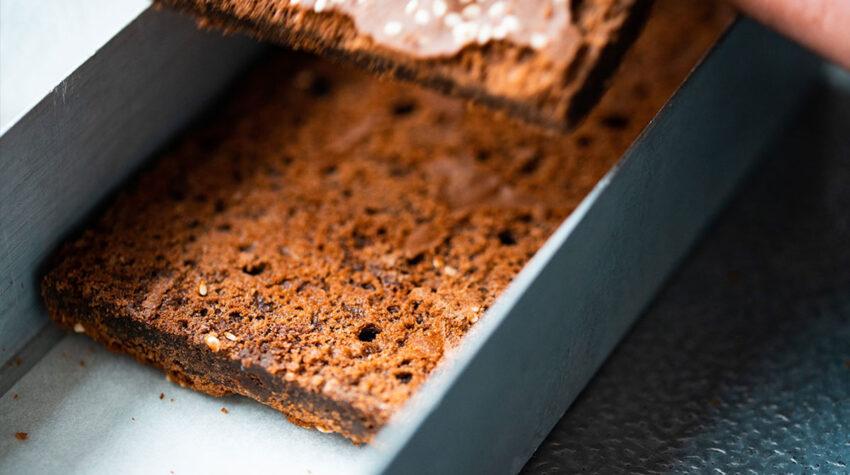 Lass die Brownies einige Zeit in der Backform auskühlen und schneide sie dann in die gewünschte Portionsgröße zu.