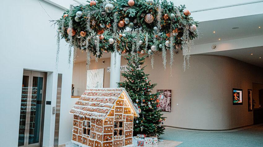 In der Lobby des THE GRAND Ahrenshoop gibt es wunderschöne Weihnachtsdeko zu bestaunen. Vor allem der riesige Adventskranz ist ein echter Hingucker. © Max Framke