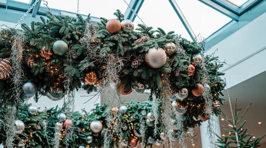 Farblich abgestimmt und wunderschön dekoriert: So sieht der fertige Adventskranz im THE GRAND Ahrenshoop aus. © Max Framke