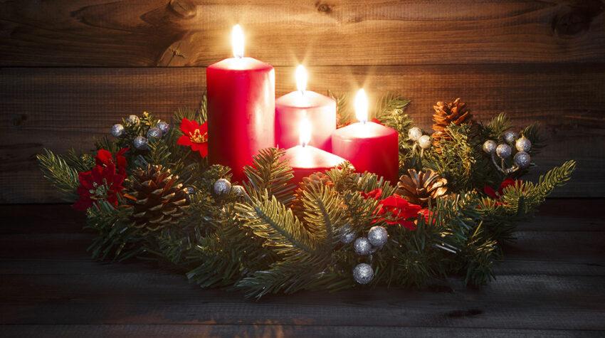 Tannengrün, vier rote Kerzen und winterliche Dekoration: So kennen wir den typischen Adventskranz. © Shutterstock; VanReeel