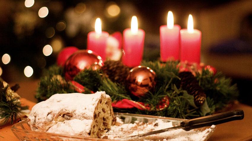 Neben einem klassischen Adventskranz darf in der Weihnachtszeit auch ein traditioneller Adventsstollen nicht fehlen. © Shutterstock; TanaDobush