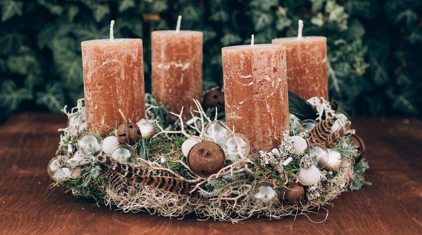 Seit 170 Jahre gibt es die Tradition des Adventskranzes bereits. Doch für uns ist dieser Brauch noch lange nicht eingestaubt, denn jedes Jahr gibt es neue Dekotrends für die Adventszeit. © Shutterstock; llaszlo