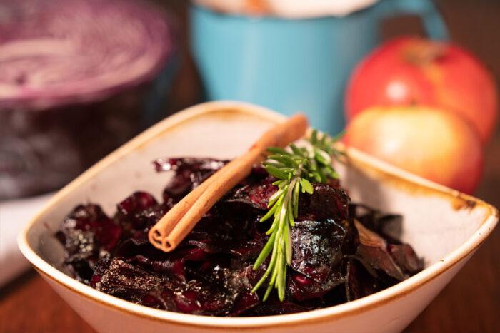 Zu einem genüsslichen Weihnachtsessen gehören auch raffinierte Beilagen, die das Hauptgericht erst richtig glänzen lassen. Zur Weihnachtsgans passt der Klassiker Rotkohl immer noch am besten.