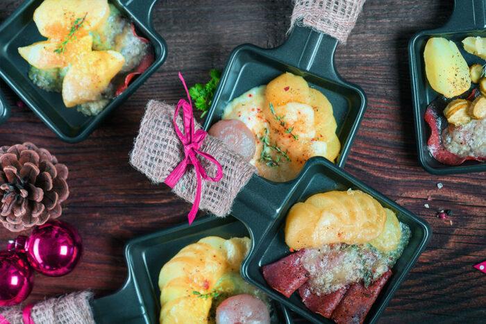In der kalten Jahreszeit und vor allem an Weihnachten und Silvester ist Raclette ein beliebtes und besonders geselliges Essen. © Shutterstock; HETIZIA