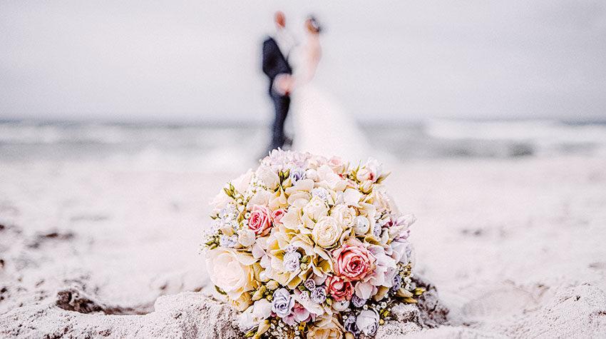 Ein hübsches Blumenbouquet am Strand sorgt für romantische Stimmung. © Max Framke