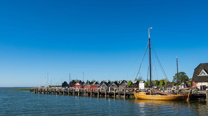 Die Zeesboote tragen viel zum maritimen Flair in der Urlaubsregion Fischland-Darß-Zingst bei. © Shutterstock, ricok