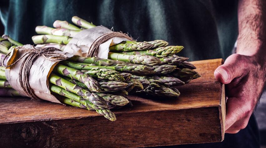 Ob grün oder weiß: Spargel ist bei vielen beliebt. © Shutterstock, Marian Weyo