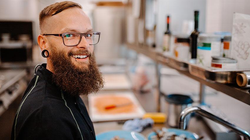 Koch Daniel sorgt dafür, dass im Restaurant WEITBLICK alles rund läuft. © Max Framke