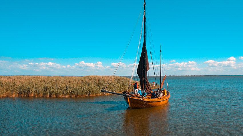 Wie wäre es mit einer Zeesbootfahrt am Althagener Hafen?