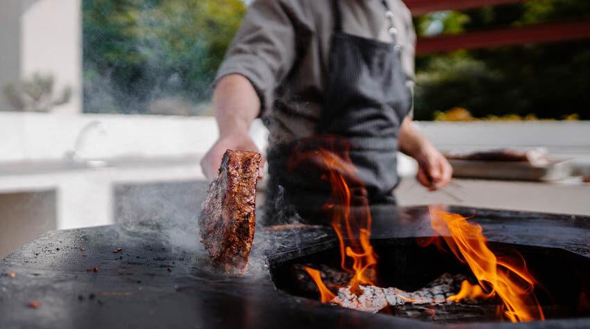 Im OUTSIDE wird ordentlich eingeheizt und euch lecker mariniertes Fleisch serviert.