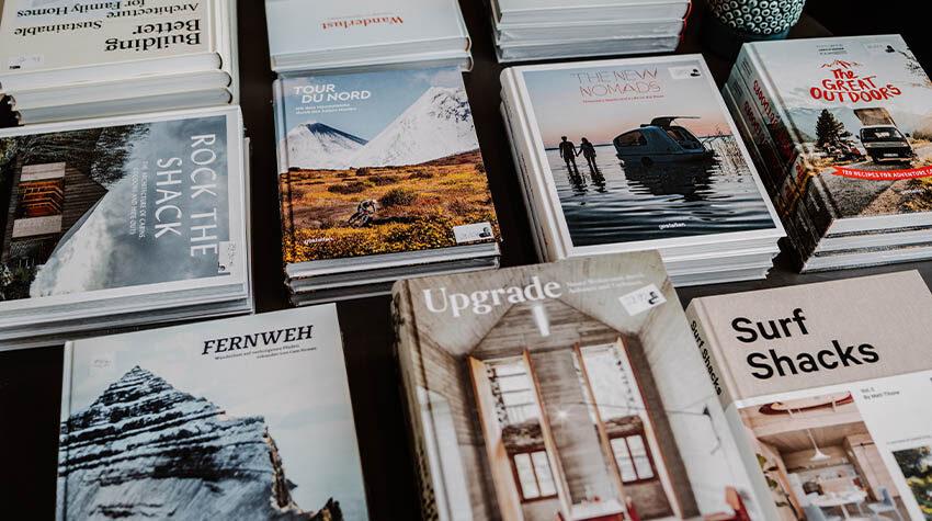 Bücher über Bücher: Im THE GRAND findet ihr schöne Urlaubslektüre. © Max Framke