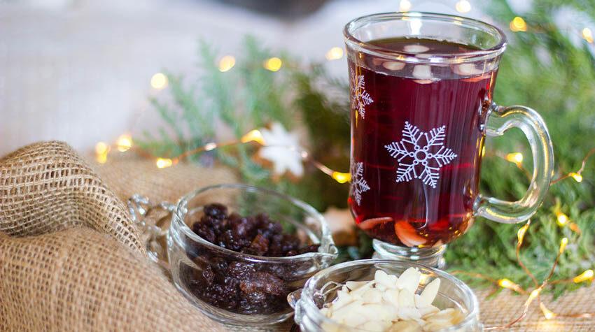 Habt ihr schon einmal Glögg mit Mandeln und Rosinen probiert? © Shutterstock, Little Adventures