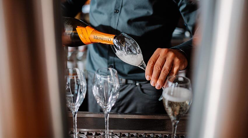 Prost auf die Liebe: Am 14. Februar genießen wir gerne ein Glas Sekt mit unserem Schatz.