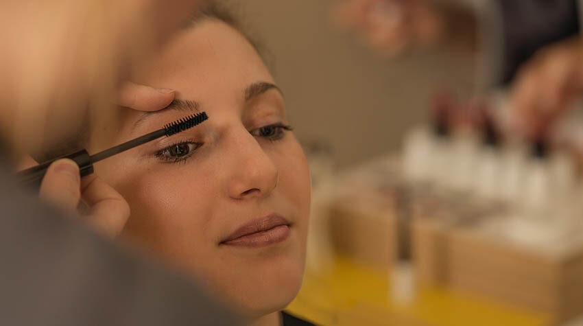 Für optisch größere Augen und mehr Aussagekraft mit der WINT Mascara tuschen.