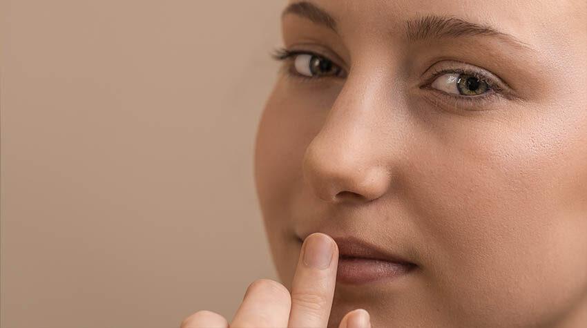 Der KNUTZEN Lipgloss kann aussagekräftig und zurückhaltend aufgetragen werden.