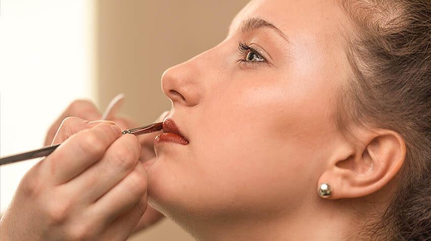 Es gibt viele verschiedene Farben der luxuriösen Lippenstifte.